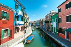Venedig Burano ö - färgade hus och kanal Fotografering för Bildbyråer