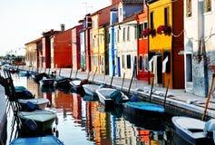 Venedig, Burano ö, fartyg på kanalen och färgrika hus, Italien Royaltyfri Foto