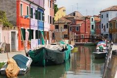 Venedig Burano Chanel mit bunten Häusern und alten Booten Lizenzfreie Stockfotos