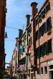 Venedig, calle och hus royaltyfri foto