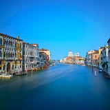 Venedig-Canal Grande, Santa Maria della Salute-Kirchenmarkstein Es Stockfotografie