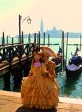 Venedig carrnival dräkter och maskeringar royaltyfri fotografi