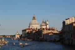 Venedig chanels med fartyg och basilikadi Santa Maria della Salute Royaltyfri Bild