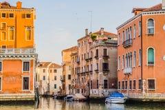 Venedig cityscape - bostads- hus och fartyg på vattenkanalen Arkivbild
