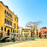 Venedig cityscape, bro, träd och byggnader på den storslagna kanalen för vatten. Italien. Arkivfoto