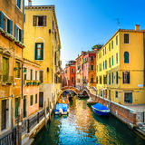 Venedig cityscape, byggnader, fartyg, vattenkanal och dubblettbro. Italien royaltyfri bild