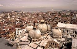 Venedig-Dächer in der alten Sepiaart Lizenzfreie Stockfotos