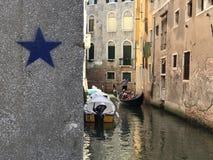 Venedig, das Canal Grande und zwei Touristen Lizenzfreie Stockfotos
