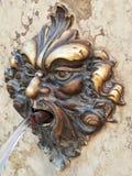 Venedig dekorativ bronsspringbrunn royaltyfri foto