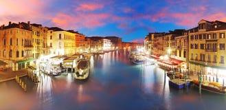 Venedig - den storslagna kanalen från Rialto överbryggar, Italien royaltyfri foto