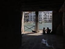 Venedig, den storslagna kanalen och två turister Royaltyfria Bilder