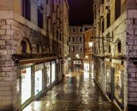 Venedig-Einkaufsgasse nachts an einem regnerischen Abend lizenzfreies stockbild