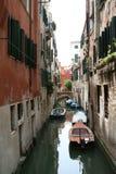 Venedig en liten kanal royaltyfri fotografi