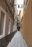 Venedig En smal gata i den gammala townen Arkivbild