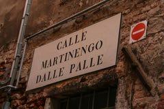 Venedig ett typisk vägmärke kallade arkivfoto
