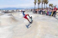 VENEDIG FÖRENTA STATERNA - MAJ 21, 2015: Hav Front Walk på Venice Beach, Skatepark, Kalifornien Venice Beach är en av arkivbild