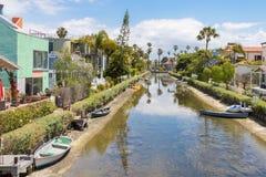VENEDIG FÖRENTA STATERNA - MAJ 21, 2015: Hus på de Venice Beach kanalerna i Kalifornien arkivbilder