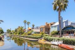 VENEDIG FÖRENTA STATERNA - MAJ 21, 2015: Hus på de Venice Beach kanalerna i Kalifornien royaltyfri fotografi