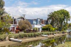 VENEDIG FÖRENTA STATERNA - MAJ 21, 2015: Hus på de Venice Beach kanalerna i Kalifornien arkivfoto
