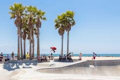 VENEDIG FÖRENTA STATERNA - MAJ 21, 2015: Skateboradåkarepojken som öva på skridskon, parkerar på Venice Beach, Los Angeles,  arkivfoton