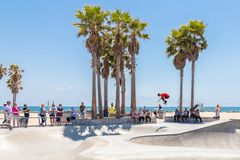 VENEDIG FÖRENTA STATERNA - MAJ 21, 2015: Skateboradåkarepojken som öva på skridskon, parkerar på Venice Beach, Los Angeles,  royaltyfri bild