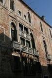 Venedig, fasaden för tegelstenbyggnad, med moriska fönster och vit marmorerar balkonger arkivbild