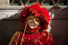 Venedig - 6. Februar 2016: Bunte Karnevalsmaske durch die Straßen von Venedig Stockbild