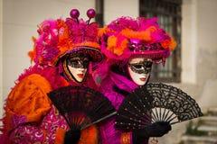 Venedig - 6. Februar 2016: Bunte Karnevalsmaske durch die Straßen von Venedig Lizenzfreies Stockfoto