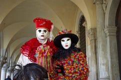 Venetianisches Kostüm nimmt an Karneval von Venedig teil. Stockfotos