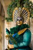 VENEDIG FEBRUARI 10: En oidentifierad kvinna i typisk klänning i gräsplan och guld- färger poserar under den traditionella Venedi Arkivbild