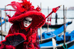 VENEDIG FEBRUARI 10: En oidentifierad kvinna i typisk klänning poserar under den Venedig karnevalet Arkivbilder