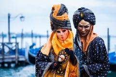 VENEDIG FEBRUARI 10: Ett oidentifierat par i typisk klänning poserar under den traditionella Venedig karnevalet Arkivfoton