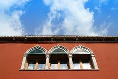 Venedig - Fenster und Himmel Stockfotografie