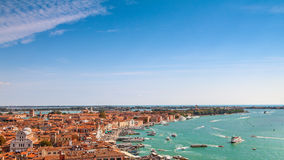Venedig flyg- cityscapesikt från San Marco Campanile, solig dag Arkivfoton