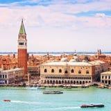 Venedig flyg- sikt, piazza San Marco med campanilen och dogevän Arkivfoto