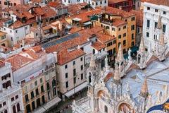 Venedig från över, basilikadetalj för St Mark's arkivbild