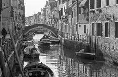 Venedig - Fundamenta och kanal Rio di Santa Anna i aftonljus Royaltyfri Bild