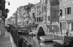 Venedig - Fundamenta och kanal Rio di Santa Anna i aftonljus Royaltyfri Fotografi
