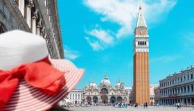 Venedig fyrkant för San Marco ` s med kvinnaturisten arkivfoto