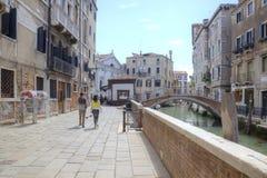Venedig Gata längs en kanal arkivbilder