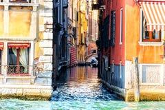 Venedig gatakanal med en liten bro nära piazza San Marco royaltyfri fotografi