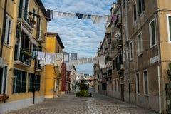 Venedig gator med torkdukar som ut hänger på linjer royaltyfria foton