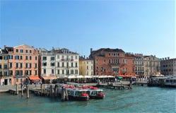 Venedig-Gebäude und -boote lizenzfreie stockbilder