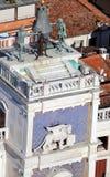 Venedig-Glockenturm mit geschwärzten Statuen und geflügeltem Löwe Stockbild