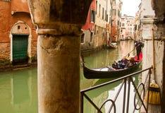 Venedig-Gondel auf kleinem Kanal stockbilder