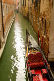 Venedig-Gondel auf kleinem Kanal lizenzfreie stockbilder