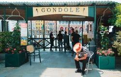 Venedig, Gondelservice mit Gondolieren lizenzfreie stockbilder