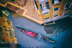 Venedig - gondol i en liten kanal Arkivbild