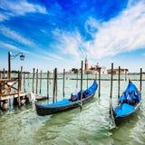 Venedig, gondoler eller gondole och kyrka på bakgrund. Italien Royaltyfri Fotografi