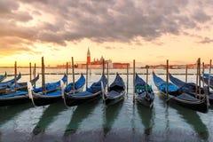 Venedig gondoler på soluppgång på Grand Canal, Venedig, Italien royaltyfri bild